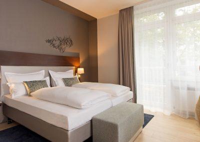 Mercure Hotel Köln Belfortstraße Apartment Blick seitlich auf das Doppelbett