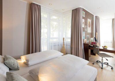 Mercure Hotel Köln Belfortstraße Apartment Blick vom Bett auf Schreibtisch